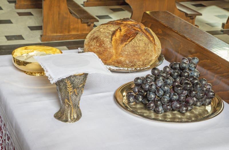 面包和葡萄酒-天主教群体-圣餐主义的象征 免版税库存照片