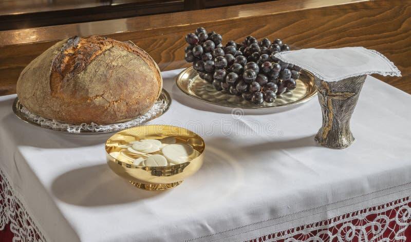 面包和葡萄酒-天主教群体-圣餐主义的象征 库存图片