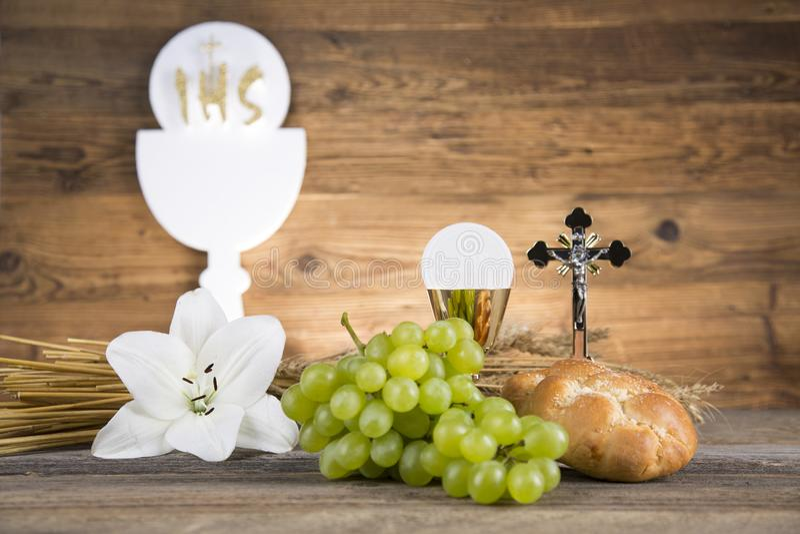 面包和酒的圣餐标志,酒杯和主人,第一个comm 免版税库存照片