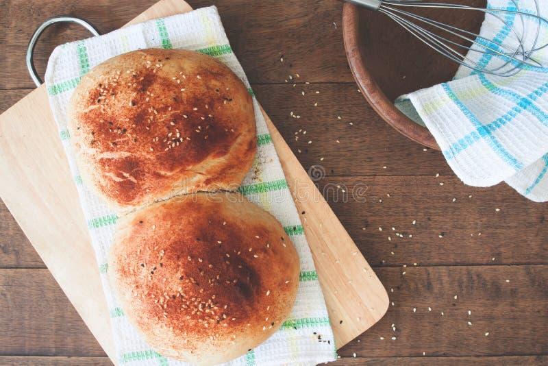 面包在木背景与面包店工具,平的位置,特写镜头的 图库摄影