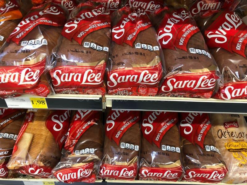 面包在架子的在超级市场商店 免版税库存图片