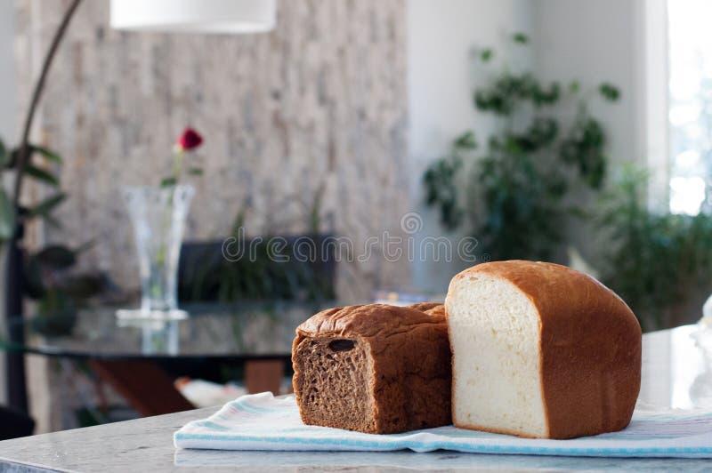 面包在篮子家庭焙制的面包面包制作商厨房里 免版税库存照片