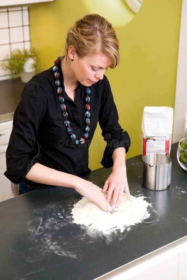 面包家庭做的妇女 免版税库存照片