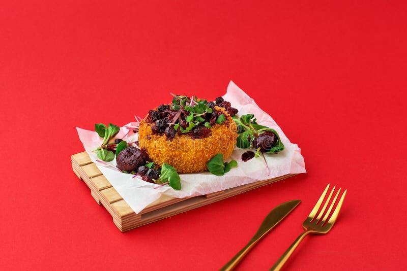 面包屑中美味的油炸莫萨里拉奶酪和李酱 图库摄影
