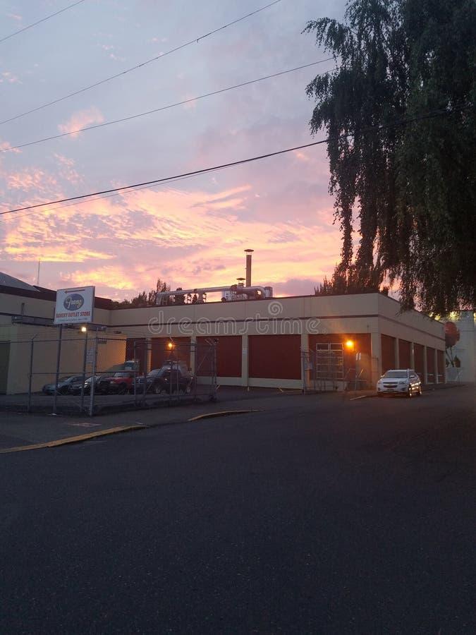面包工厂日落桃红色紫色 库存照片
