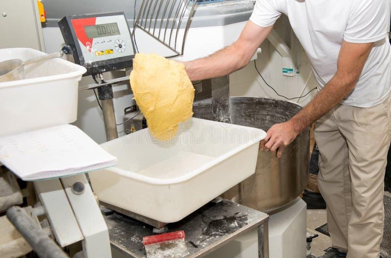 面包师准备面团 图库摄影
