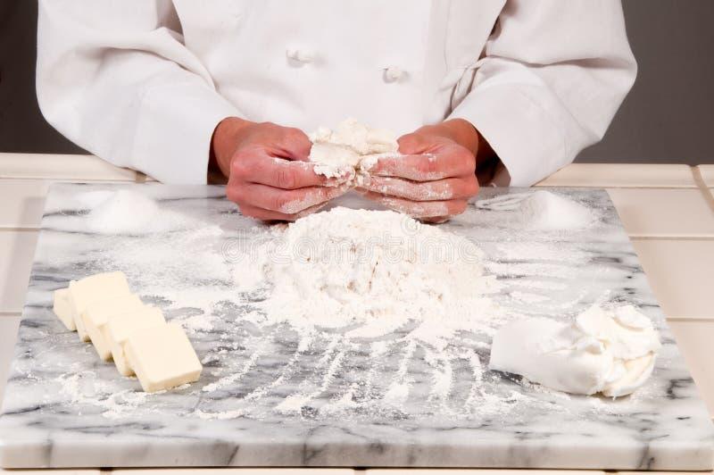 面包师面团捏 免版税库存照片