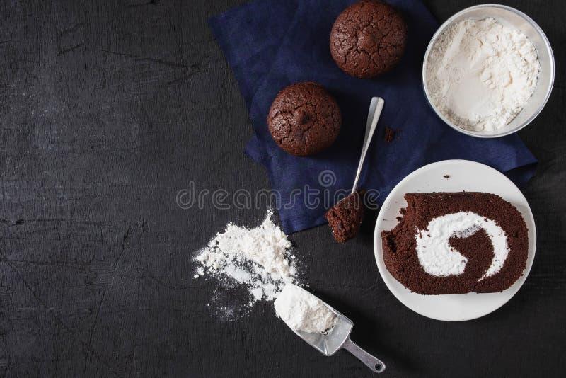 面包店为做准备做巧克力果仁巧克力蛋糕 库存照片