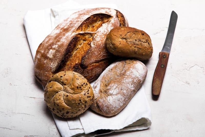 面包店产品、全麦面包和棕色全麦小圆面包 库存照片