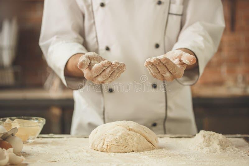 面包店厨师烹调在厨房专家烘烤 图库摄影