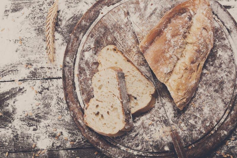 面包店概念背景 白色切的面包和刀子 库存照片