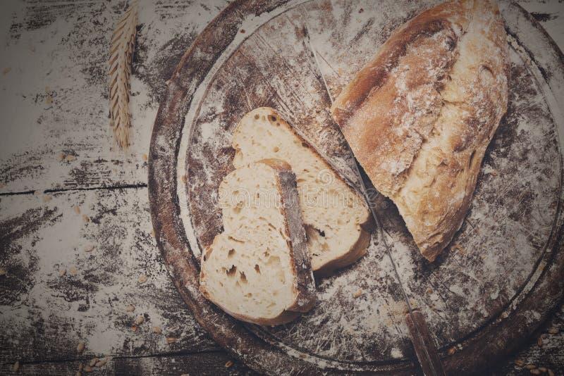 面包店概念背景 白色切的面包和刀子 免版税库存照片