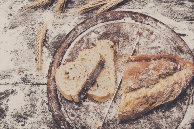 面包店概念背景 白色切的面包和刀子 免版税库存图片