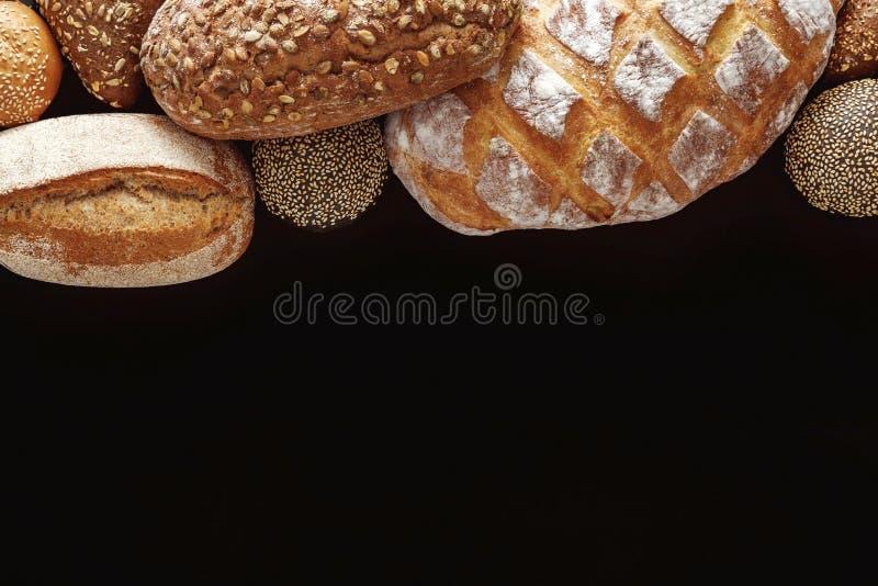 面包店概念 在balck面包背景隔绝的大量 库存图片