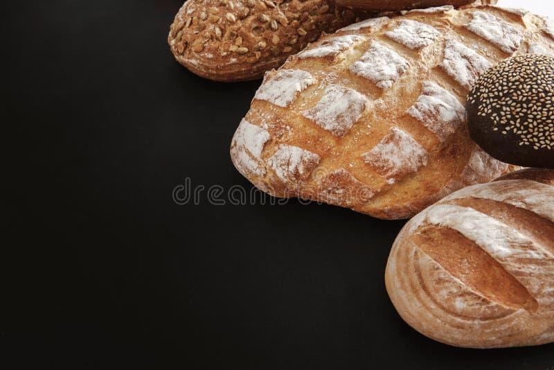 面包店概念 在balck面包背景隔绝的大量 图库摄影