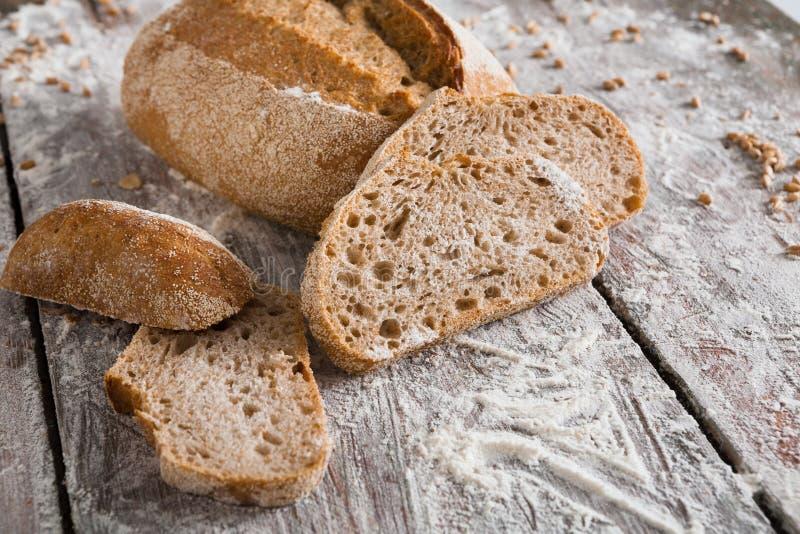 面包店概念 大量被切的黑麦面包背景 免版税库存图片