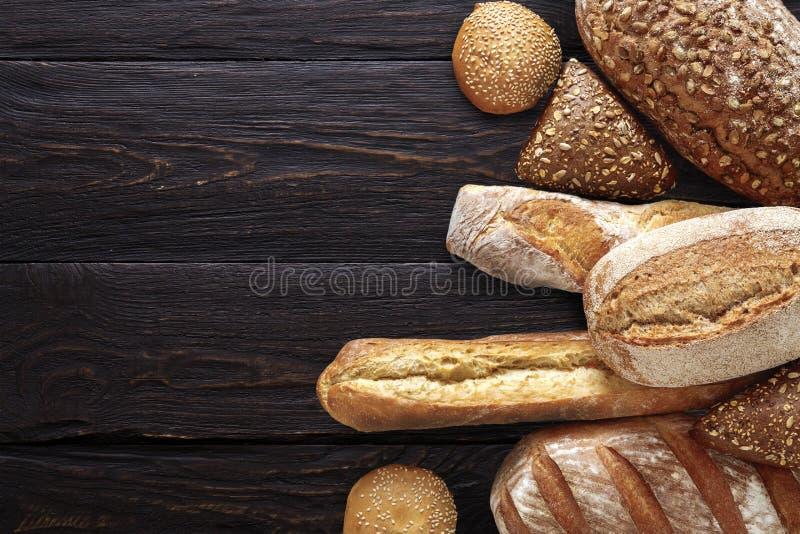 面包店背景,在黑色的面包分类 免版税库存照片