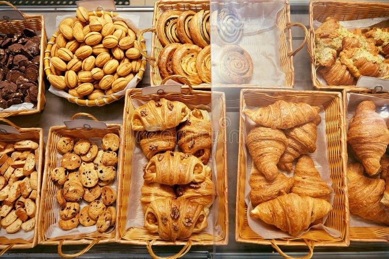 面包店食物 在面包点心店的新鲜的酥皮点心 免版税库存照片