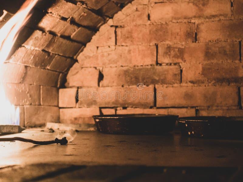 面包或比萨烤箱,一个传统砖烤箱烹调的和烘烤 免版税库存图片