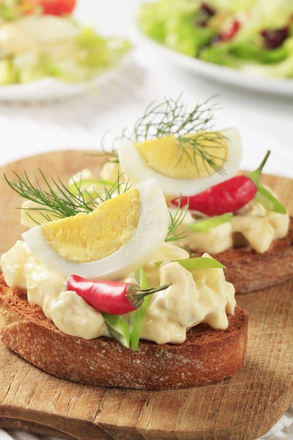 面包敬酒的蛋传播 免版税库存照片