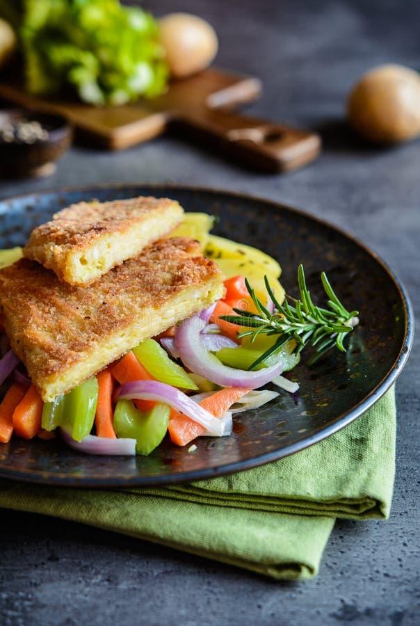 面包无头甘蓝叶子充塞用乳酪,供食与被蒸的菜 图库摄影