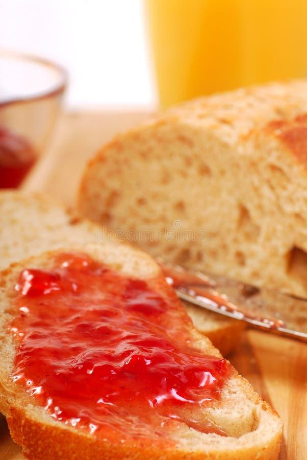 面包果酱传播草莓 免版税库存图片
