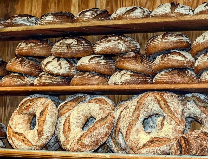 面包根据老德国食谱烘烤了在一个小家庭面包店 称在架子的面包 库存照片