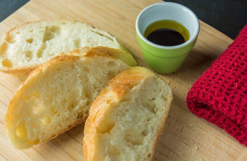 面包片在切板的有油和布料的 库存图片