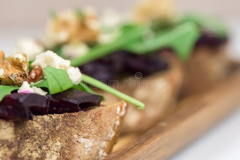 面包片用在轻的背景的烤甜菜根 免版税库存图片