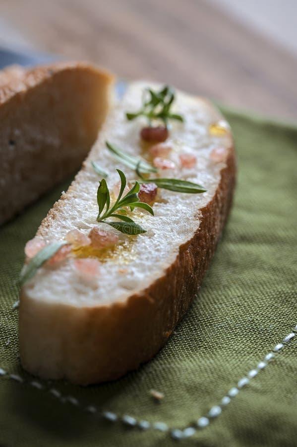 面包片用迷迭香和桃红色盐 免版税图库摄影
