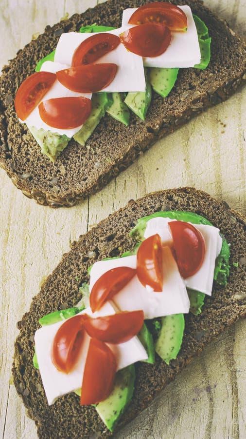 面包片用鲕梨和蕃茄 库存图片