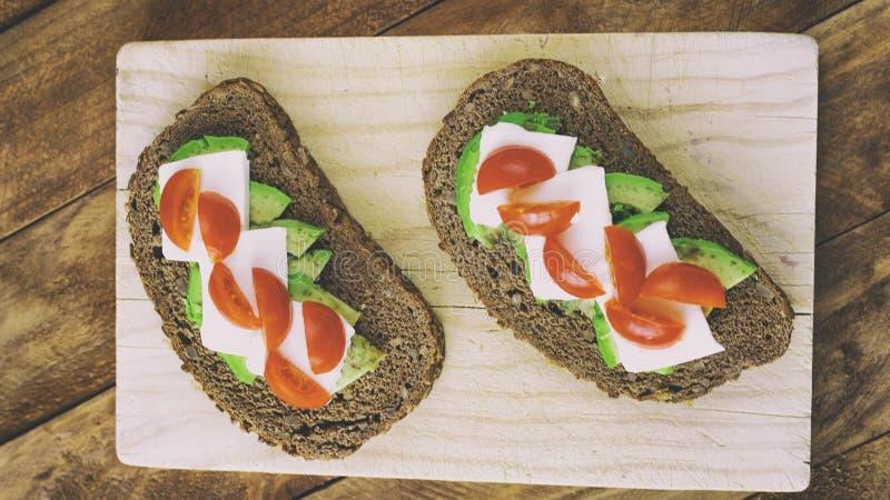 面包片用鲕梨和蕃茄 免版税库存照片