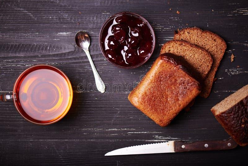 面包片用黄油和樱桃果酱 免版税库存照片