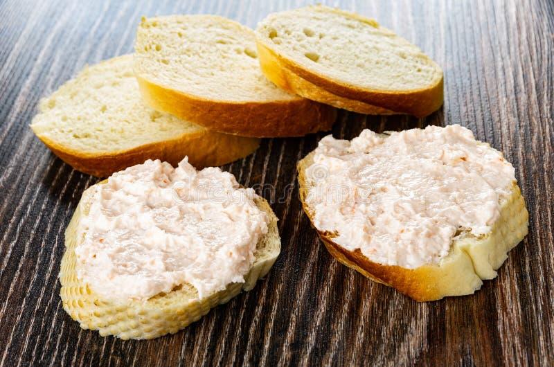面包片,与磷虾浆糊的三明治在木桌上 免版税库存照片