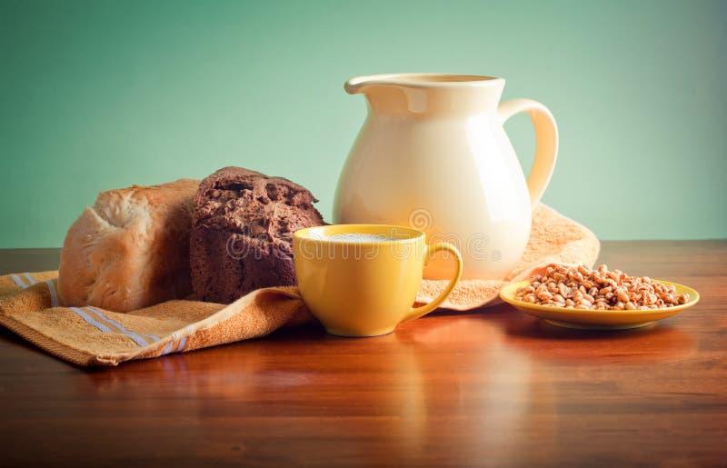面包牛奶 免版税库存照片