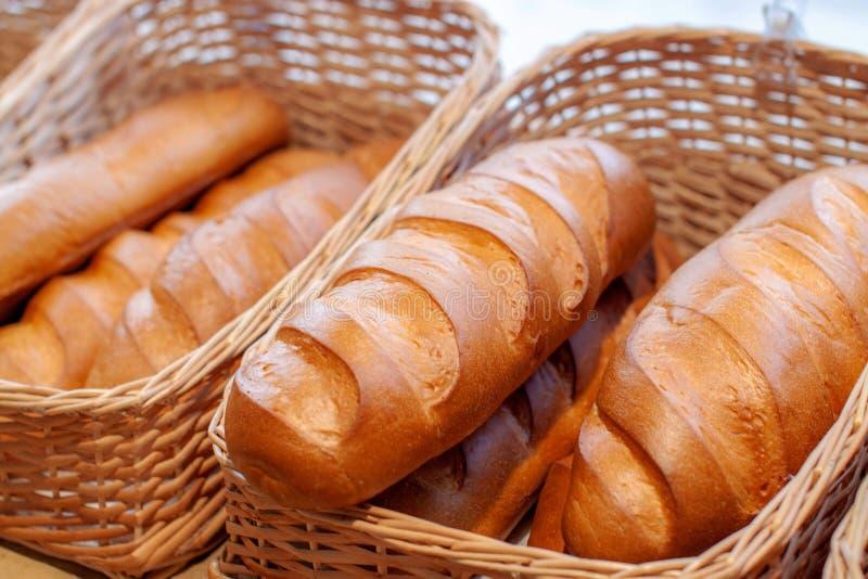 面包特写镜头在面包店商店 新鲜面包 有机面包背景 免版税库存照片
