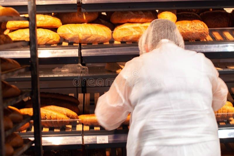 面包特写镜头在面包店商店 新鲜面包 有机面包背景 免版税图库摄影