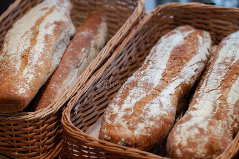 面包特写镜头在面包店商店 新鲜面包 有机面包背景 库存图片