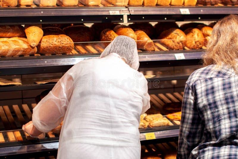 面包特写镜头在面包店商店 新鲜面包 有机面包背景 免版税库存图片