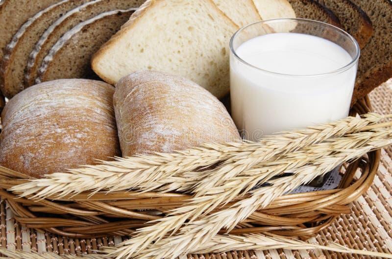 面包玻璃牛奶卷 免版税库存图片