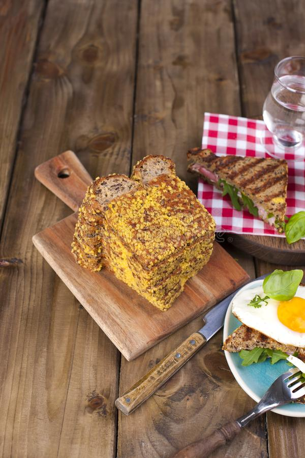 面包用早餐谷物,三明治和鸡蛋,在树背景 复制空间 库存图片