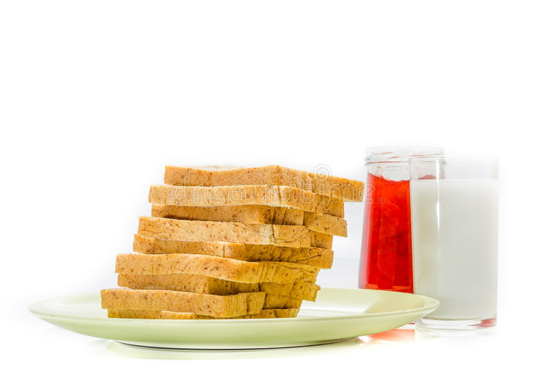 面包用牛奶果酱在白色演播室射击的 图库摄影
