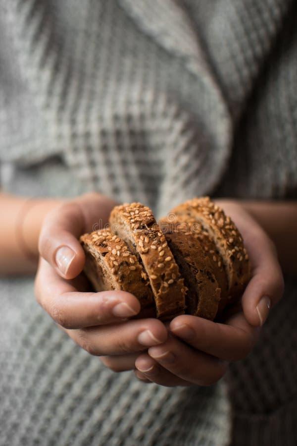 面包用芝麻在手上 免版税库存照片