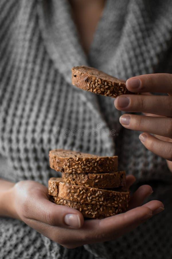 面包用芝麻在手上 库存照片