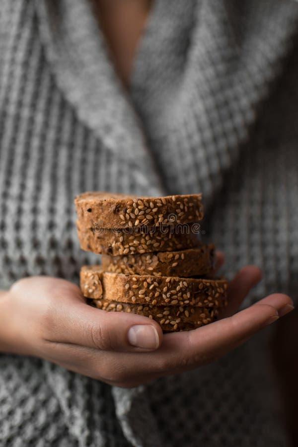 面包用芝麻在手上 免版税库存图片