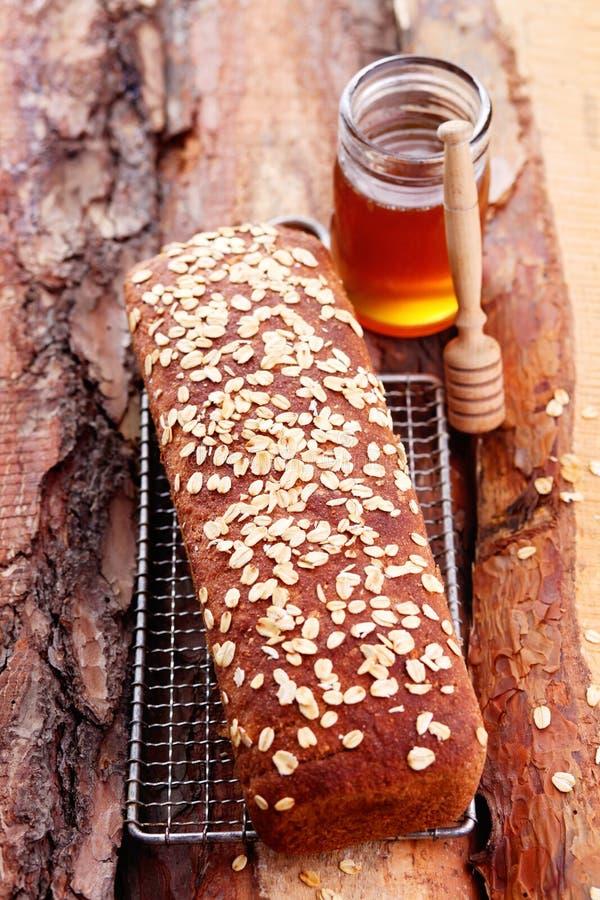 面包用蜂蜜和燕麦 免版税库存图片