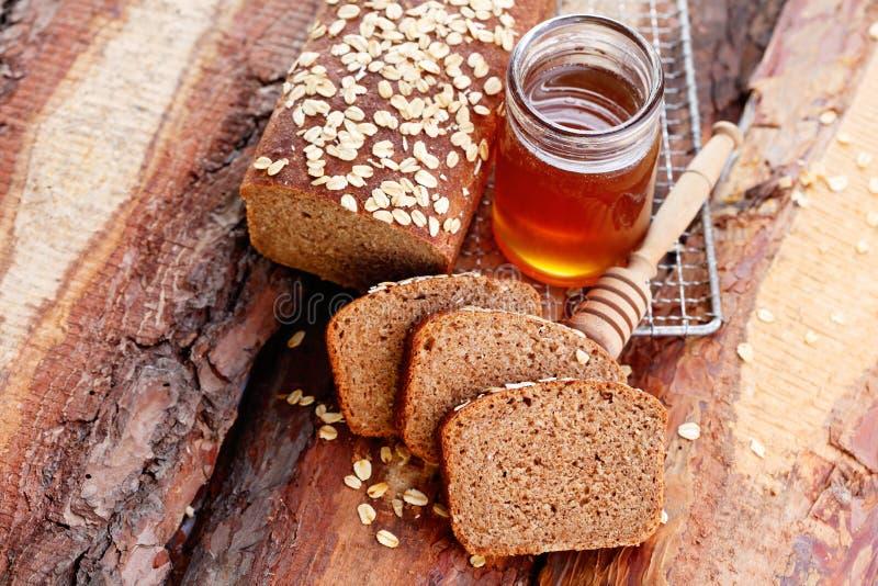 面包用蜂蜜和燕麦 库存照片