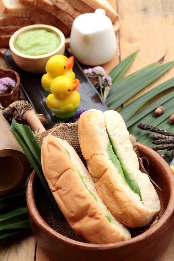 面包用绿色乳蛋糕和新鲜的牛奶 免版税库存照片