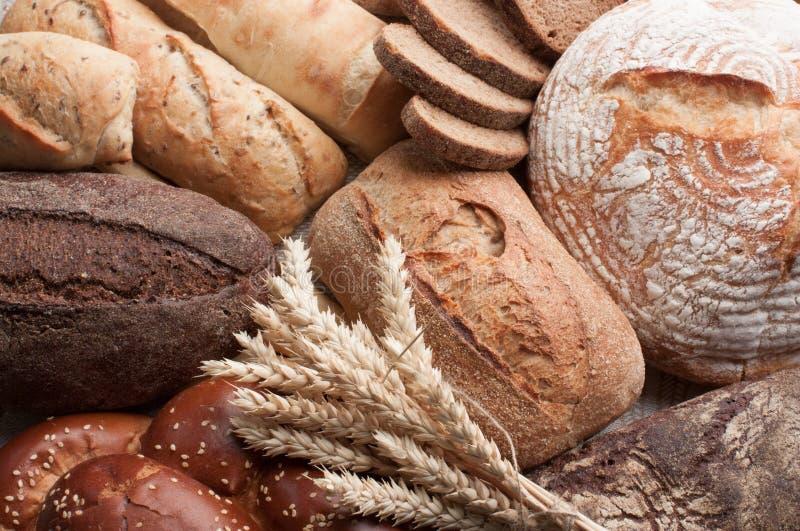 面包的不同的类型与麦子的耳朵的 免版税库存图片