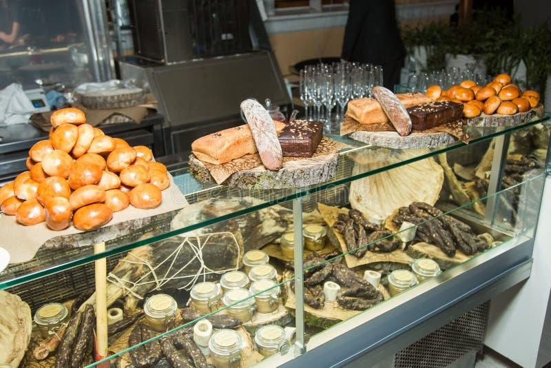 面包的各种各样的类型在商店窗口的 库存图片